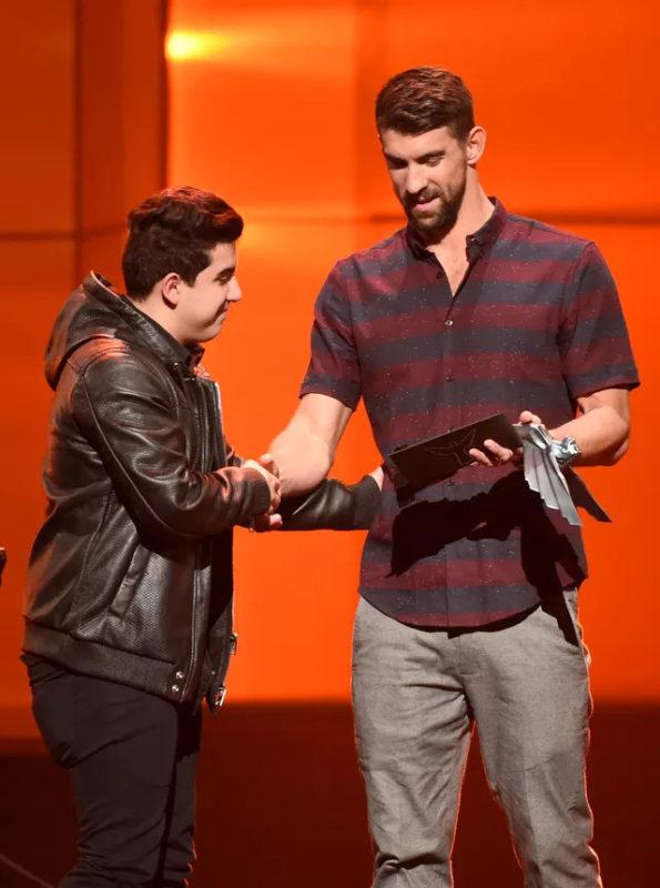 Foto de coldzera quando recebeu prêmio das mãos do Michael Phelps