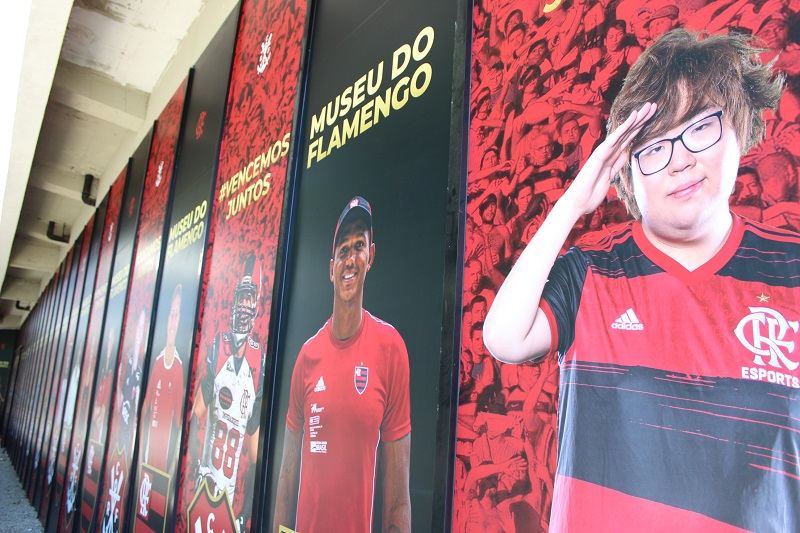 Goku sendo homenageado no museu do Flamengo