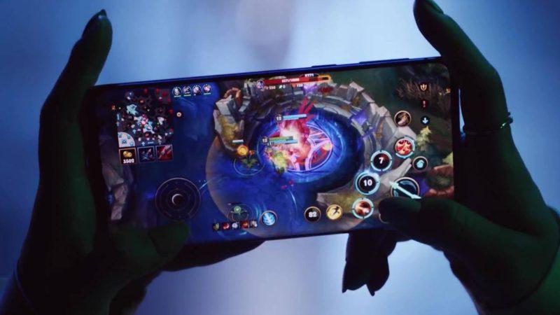 Mãos segurando um celular com o jogo Wild Rift para ilustrar matéria da China