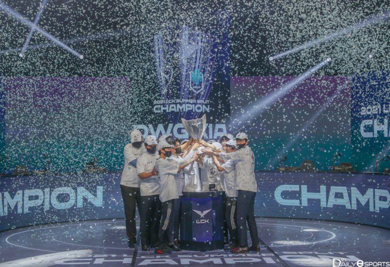 Time da DAMWON KIA levantando o troféu da LCK 2021