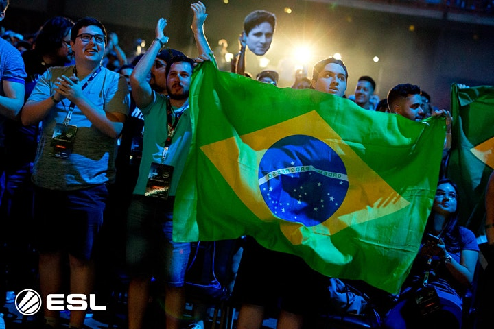 Foto de brasileiros na torcida de CSGO