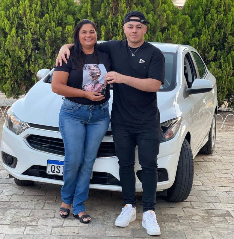 Foto do Kronos e sua mãe na frente do carro que o jogador comprou de presente