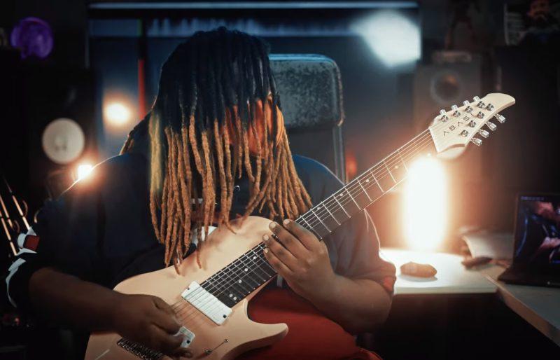 Tre WAtson, guitarrista do Pentakill, em seu vídeo tocando a música Aftershock